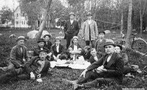 1930-tal. Fikapaus i Hjärstaparken.  Bildkälla: Örebro stadsarkiv/fotograf okänd.