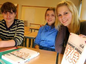 - Här är vår kursbok i japanska. Den ligger framme på skolbänken varje tisdag för trion Patrick Karlsson, Elvira Söderbäck och Anna Weabråten Hedeén. Foto:Hans Olander