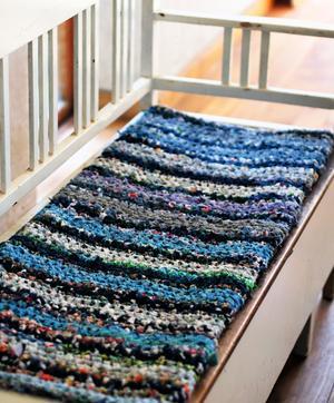 Den här trasmattesoffdynan innehåller såväl mattrasor från loppis som en gammal kimono och Malena Skotes mammas klänning från 1950-talet.