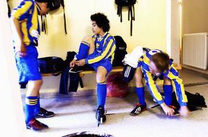 Maj 2004. Daniel Riazat spelar fotboll med kompisarna i falulaget i väntan på besked om familjen ska få stanna i Falun.