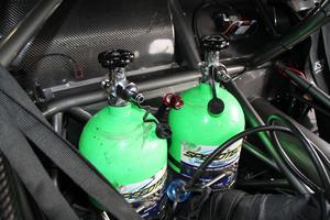 Victor Jansson kör sin bil på lustgas, vilket hör till undantagen i en dragracingvärld där kompressionsmotorer med metanol som drivmedel håller på att ta över. Men Victor har Europas snabbaste lustgasbil.