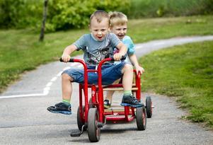Fartglädje. Malte Säfström-Rydén och Noah Engstrand är lekglada femåringar. När de trampar runt går det ibland trögt, ibland med fart i en liten backe. Trehjulingar är den leksak som orsakar mest olyckor                        utomhus i förskolan. Foto: Lennart Lundkvist