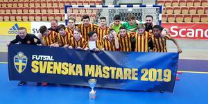Tränarna Nuri Abrahamsson och Andreas Abrahamsson jublar tillsammans med alla grabbarna i Örebro Syrianskas P15-lag efter SM-guldet. Foto: Johan Ivhall