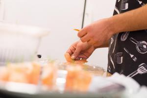 Kallrökt lax, färskost, wasabi och ruccola var beståndsdelarna som bildade en av de tre typerna av snittar som restaurangeleverna skapade.