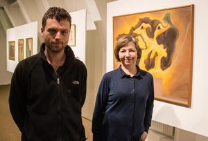 Gruvliga godbitar, visar konstnären Björn Olsson och antikvarien Gunilla Hedenblad. De står framför KG NIlssons bild med en gruvkarta från 1600-talet som förebild.