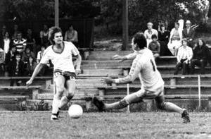 Joakim Wendt var en av spelarna som tränaren och klubbdirektören Janne Holmberg tog till Ope i slutet på 1970-talet. Här håller han sig framme och gör ett mål i en match från 24 juni 1979.