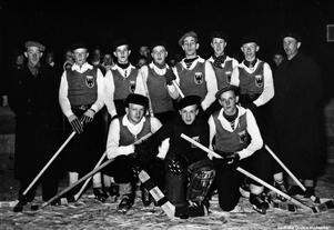 Örebro FF:s ishockeylag 1941. Bak från vänster: Gösta Andersson, Bengt Åke Färm, Bertil Dalgren, Georg