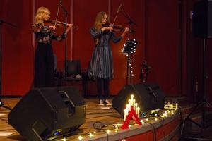 Jenny Jonsson och Julia Eriksson spelar båda fiol.