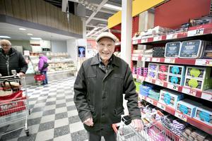 Bertil Olsson är ställföreträdande handlare i familjen medan hustrun är sjuk berättar han.