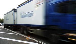 Tung trafik och privatbilism ska samsas på ett körfält i vardera riktningen under tiden då vägen omleds – nu förlängs den tiden två veckor.