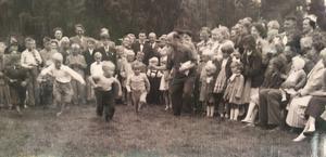 Bild från en av Stora Vikas midsommarfester. Festdagen började med familjetävlingar. Foto: Privat