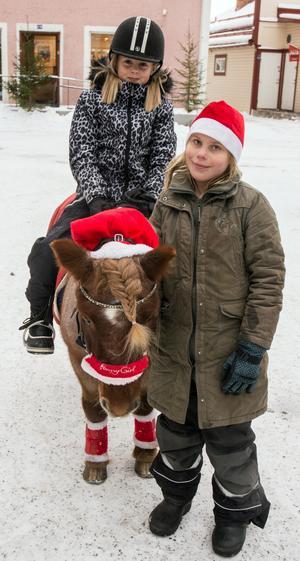 Tindra Ehn från Djurås ledde Butterfly, som dagen till ära hade fått luggen flätad. Alice Engman Bergé från Leksand fick sig en tur på ponnyryggen.
