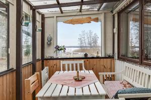 Från den inglasade verandan ser man Västlandasjön. Foto: Svensk fastighetsförmedling