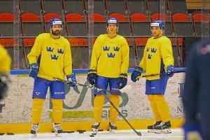 Jesper Boqvist med sina landslagskollegor. Till vänster Simon Bertilsson – som Boqvist spelat med tillsammans i Brynäs. Nyligen stod det klart att Bertilsson lämnar klubben efter elva säonger.