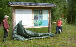 Åsa Domeij, riksdagsledamot (mp), invigde under gårdagen skogsstigen i Snöberg.Kenneth Mattsson från Sveaskog hjälpte till med avtäckningen.