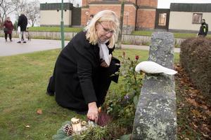 Anette Jonsson tände ljus till minne av sin man Olle och nyfödda dotter som ligger jordfästa på Kapellkyrkogården i Köping. I familjegraven finns även Anettes svärmor.