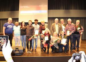 En grupp nöjda pristagare som fick ta emot utmärkelser från Falu kommun under torsdagens sammanträde i kommunfullmäktige i Kristinehallen.