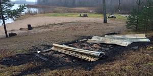 Vedenbadets omklädningsrum i Enåker jämnades även det med marken när en anlagd brand utbröt. Nu har de häktade Salaborna kunnat bindas till brandplatsen.