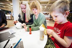 Camilla, Ella och Alexander Byström passade på att pyssla när de besökte Östersunds bibliotek under söndagen.