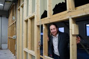 Falu Plåtslageri ska få mer arbetsyta. Jon Onsbacke står vid en vägg som är på väg att rivas.