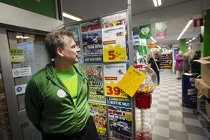 Lennart Sundin, anställd i butiken, var en av de som lanserade idén att genom lockpriser få kunder att handla timmen innan stängning.
