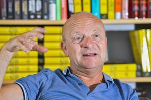 Jonas Gardell känner igen mycket av sin egen frihetslängtan i sina äldre släktingars frikyrkobakgrund. De strävade efter religiös frihet, han för sina rättigheter och hbtq-rörelsens.  Foto: Jonas Ekströmer/TT