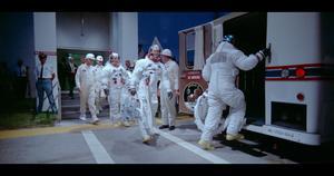 Buzz Aldrin, Neil Armstrong och Michael Collins på väg in i bussen som ska ta dem till Apollo 11:s avskjutningsramp.Foto: Biografcentralen