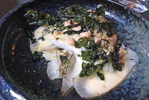 Gös med flera sorters kål och rostade hasselnötter.