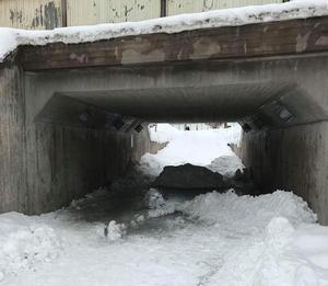 Foto: PrivatUnder måndagen hade stora snömassor lämnats kvar i en gångtunnel under Hanröleden/E16 i höjd med bostadsområdet Bojsenburg.