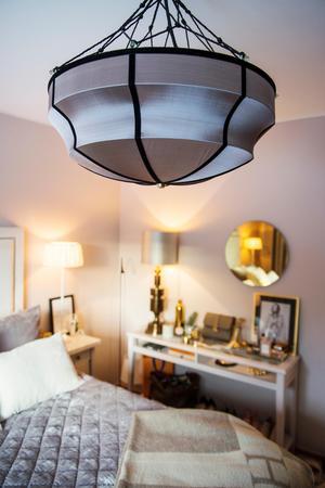 Sovrummet har en lugn och dämpad färgskala och en lyxig och ombonad känsla.