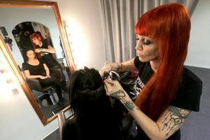 Penny fixar hårförlängning till kunden Erika Lindgren.