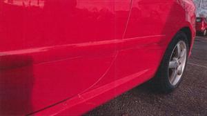 Svarta skador på lacken. Foto ur polisens förundersökning.