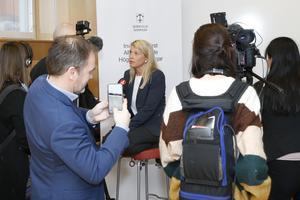 Annika Viklund, vd för Vattenfall Eldistribution, var hårt uppvaktad under de presskonferenser som hölls i kommunhuset medan strömavbrottet pågick.