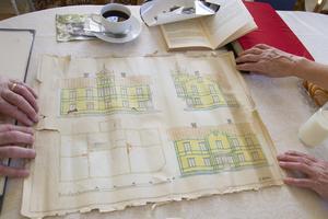 Tidiga ritningar finns på huset i dess gröna och gula färg.