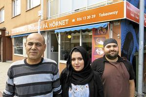 Raja Eltahrawi, Ahlam Alsadi och Mohamad Almasri står bakom nyöppnade Prinsen på hörnet på Brunnsgatan i Gävle.
