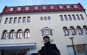 Arne Ludvigsson guidar i centrum och berättar om byggnader och dess historia.