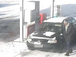 Den mordmisstänkte tankar i Hedemora. Köpet betalades med Therese Palmkvists kort. Bild: Polisens förundersökning