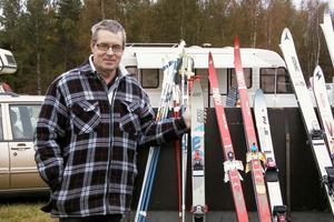 Roland Persson från Järvsö testade att sälja skidor och stavar. Han hade i alla fall fått sälja två par, när bilden togs. Han hade fått sälja bra med grejer som borrmaskiner och en domkraft.