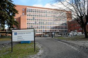 Lindesbergs lasarett. Kommunerna i norra länsdelen har haft svårt att hämta hem färdigbehandlade patienter till äldreboendena på grund av platsbrist.