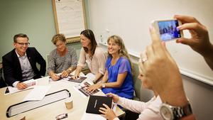 Mikael Damberg, i samspråk med lärarna Annika Elfmark, Anja Gustavsson och Anna Ek.