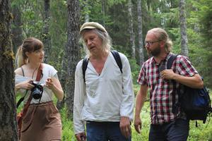 Bild: Erica Lintrup Influencern Ida Olsson, artisten Stefan Sundström och Mitt i naturen-programledaren Martin Emtenäs fick se skogar i och omkring Mora och Orsa som är goda miljöer för den vitryggiga hackspetten.