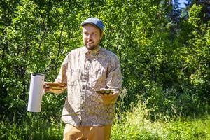 Kaffet blev tillslut kokat, och det bjöds på paj med vaniljsås i trädgården.