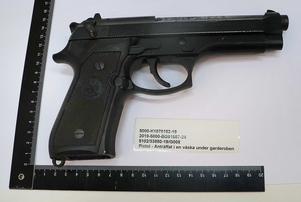 Beslag av vapen och ammunition gjordes i samband med tillslaget i en lägenhet i Torvalla. En halvautomatisk Beretta har lett till åtal om grovt vapenbrott mot de två misstänkta. Foto: Polisen