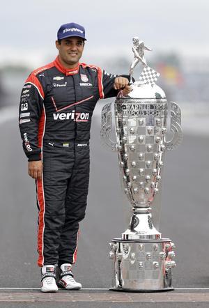 Borg-Warner-trofén är drygt 164 centimeter hög och väger 50 kilo. Indy 500:s gigantiska vandringspris har hängt med sedan 1936. Här stoltserar Juan Pablo Montoya, som själv är 168 centimeter lång, med priset efter sin andra seger i tävlingen, 2015. Arkivfoto: Michael Conroy/TT
