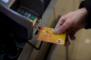 När man skall betala med kort så skall man se sig omkring så att ingen människa står alldeles bakom och har uppsikt när koden skall knappas in, tipsar signaturen