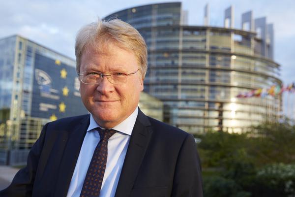 Det är ännu osäkert på vilken riksdagslista Lars Adaktusson väljs in och när han lämnar EU-parlamentet. Han är partiets förstanamn i  bland annat Västmanland och Dalarna.