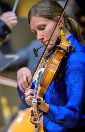 Anna Möller trakterade violin, viola d´amore och flöjt. Foto: Lennart Hyse