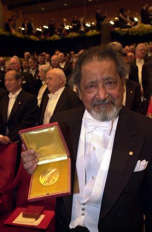V S Naipaul visar upp sitt Nobelpris i Stockholm 2001.Bild: Mark Earthy/TT
