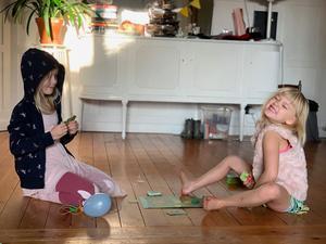 Tilde och Hedda körde Sköldpaddspelet på repeat. Och när det var dags att åka och hälsa på  en kompis, skulle spelet med, och slets fram direkt vid ankomst. Det är ett bra betyg!