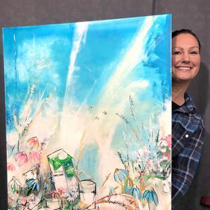 Linda med sin tavla. Bild: Norrmejerier